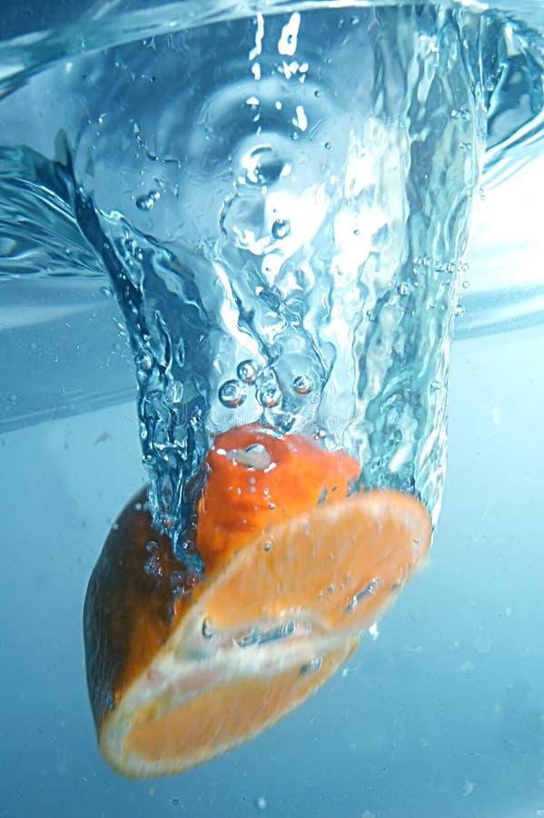 Laranja fresca na água azul, desobstruída imagem de stock royalty free
