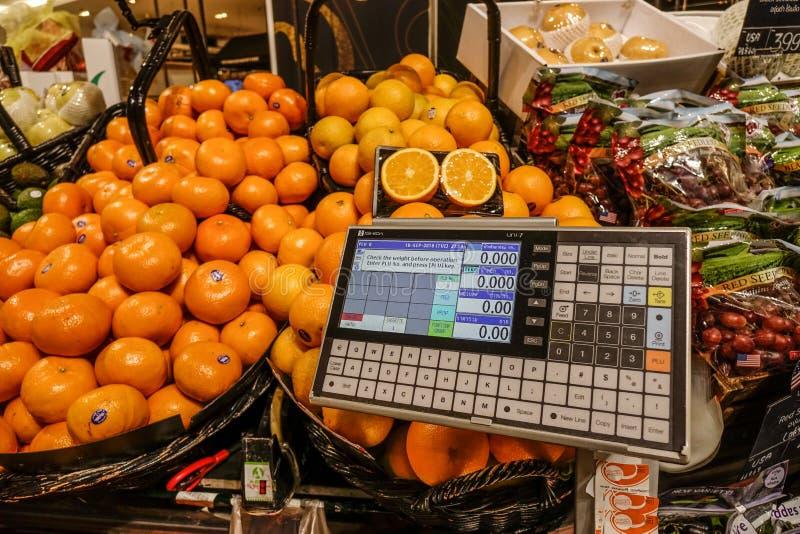 Laranja fresca na prateleira na zona do fruto fresco imagens de stock royalty free