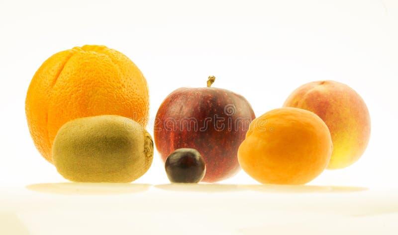 Laranja, maçã, quivi, nectarina do pêssego e uma uva foto de stock royalty free