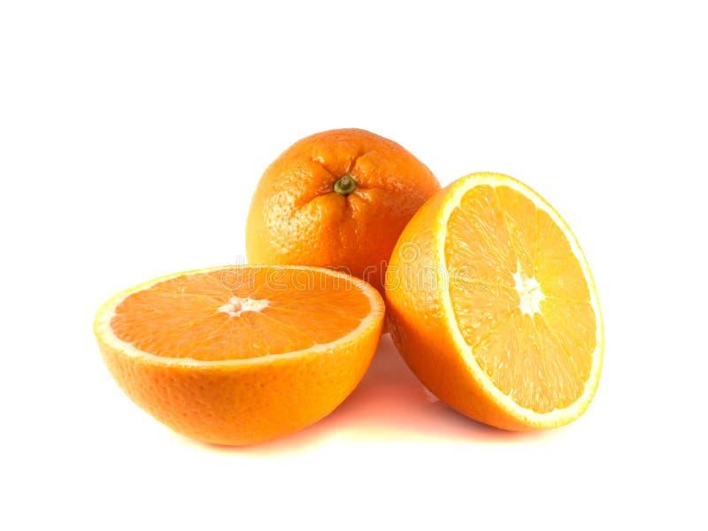 A laranja madura com dois cortou os halfs isolados foto de stock