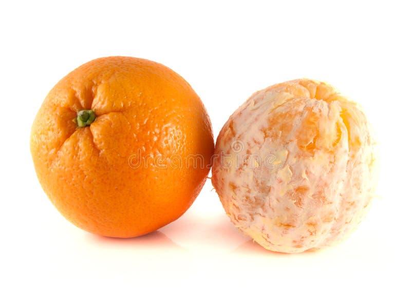 Laranja madura com a laranja limpada isolada no branco fotografia de stock royalty free