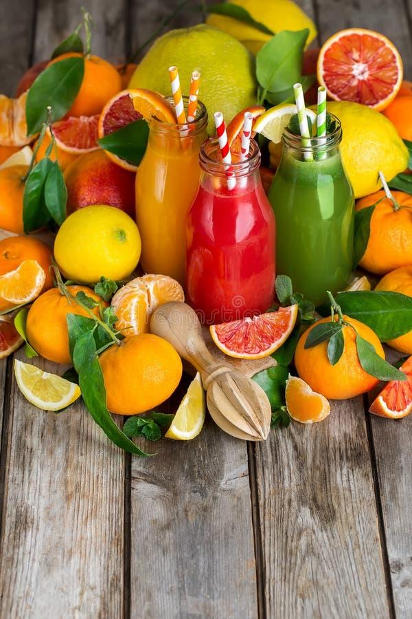 Laranja, suco de laranja do sangue e fundo da limonada imagens de stock royalty free
