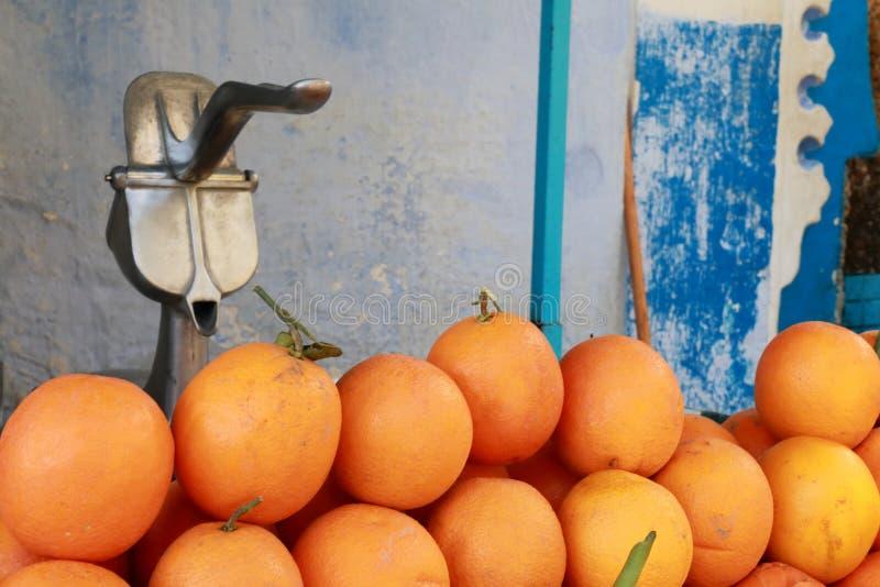 Laranjas e espremedor de frutas do suco foto de stock