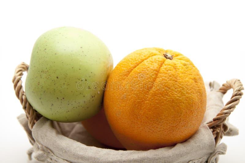 Download Laranjas e maçã imagem de stock. Imagem de cesta, escudo - 16873925