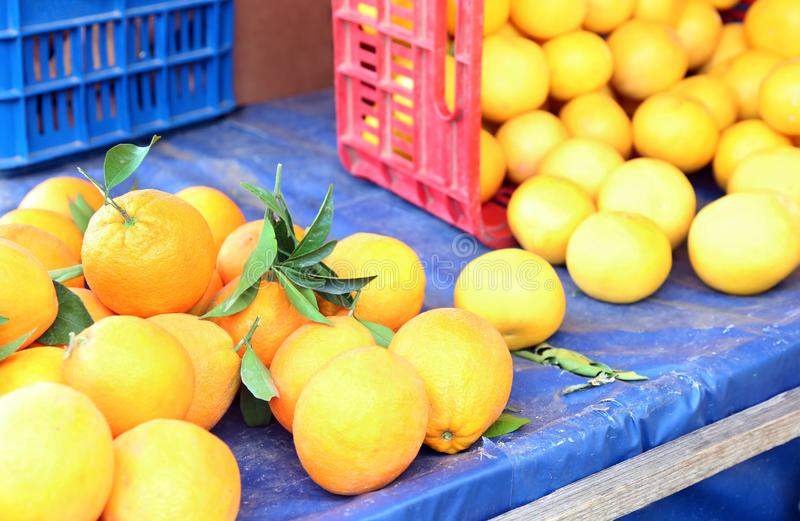 Laranjas frescas em uma loja dos verdureiros fotografia de stock