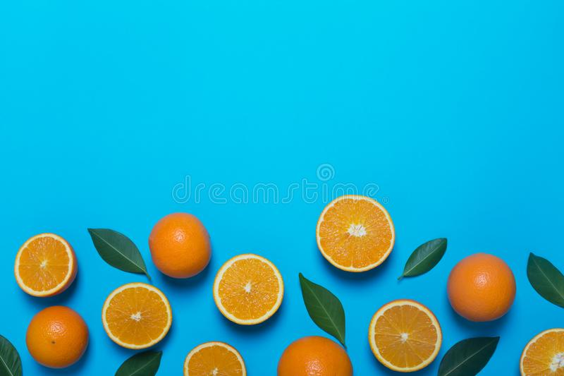 Laranjas frescas no fundo azul imagem de stock