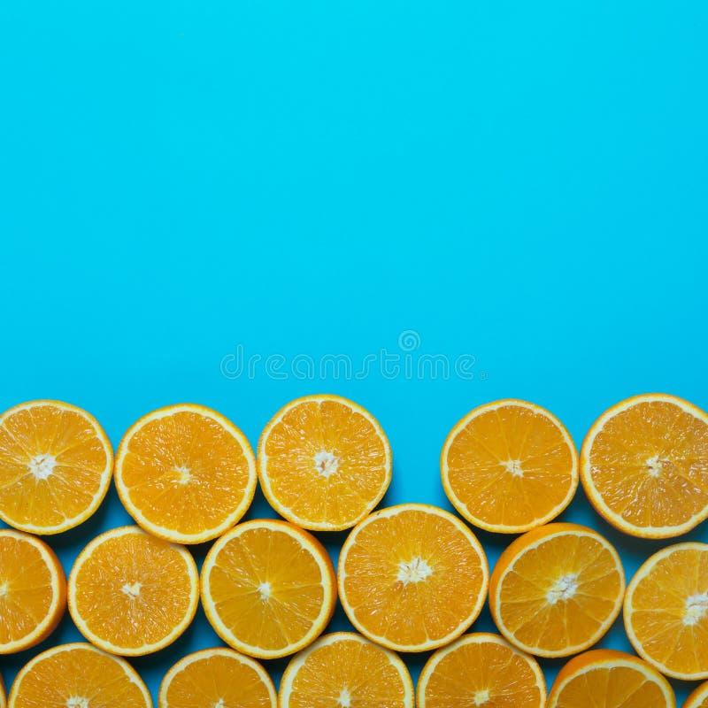 Laranjas frescas no fundo azul imagens de stock royalty free