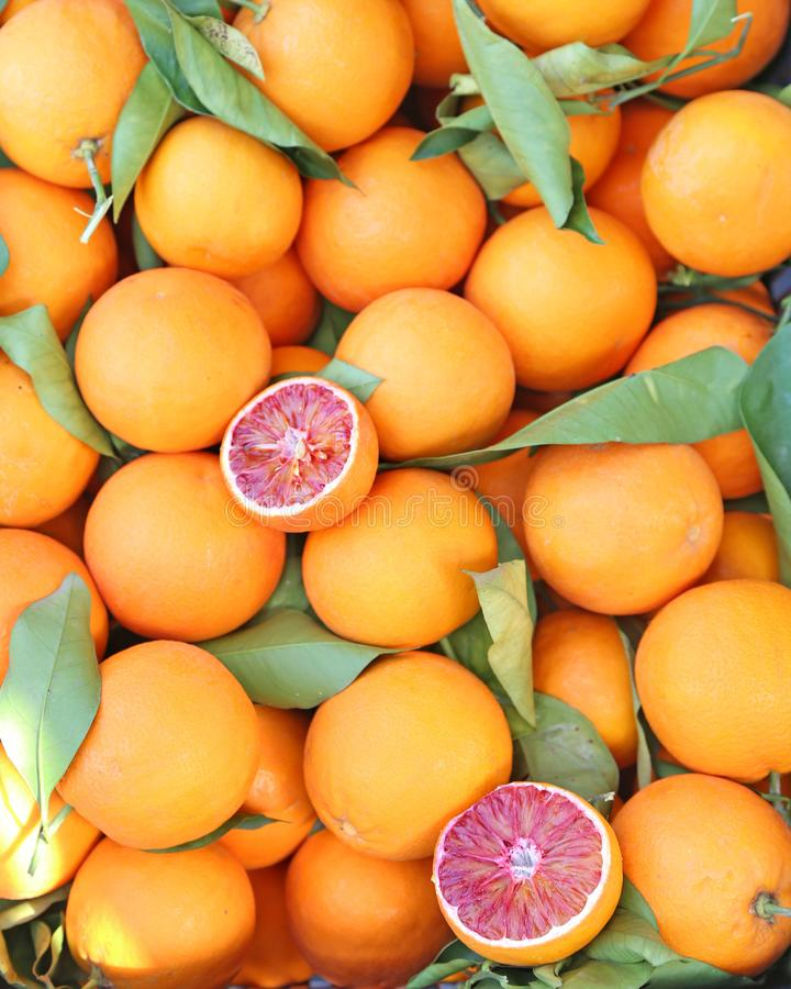 Laranjas na loja de mantimento - laranja pigmentada do tarocco - laranja otimista fotografia de stock