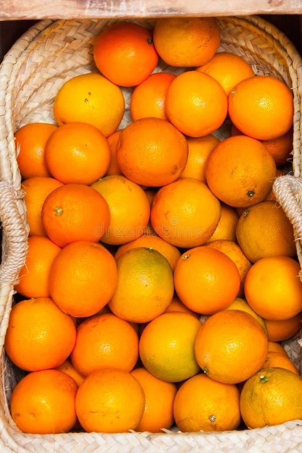 Laranjas para a venda em uma cesta nas ruas de Palma, Majorca imagens de stock