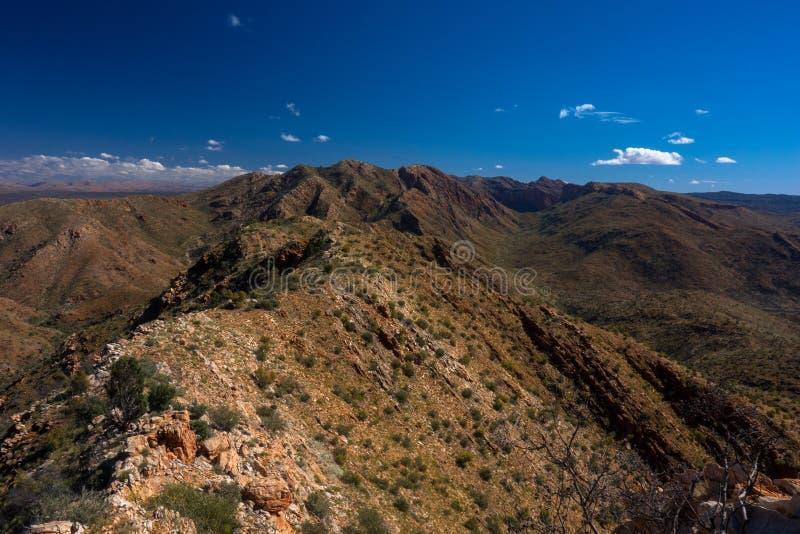 Larapinta slinga, razorbacken Ridge, västra MacDonnell Australien fotografering för bildbyråer