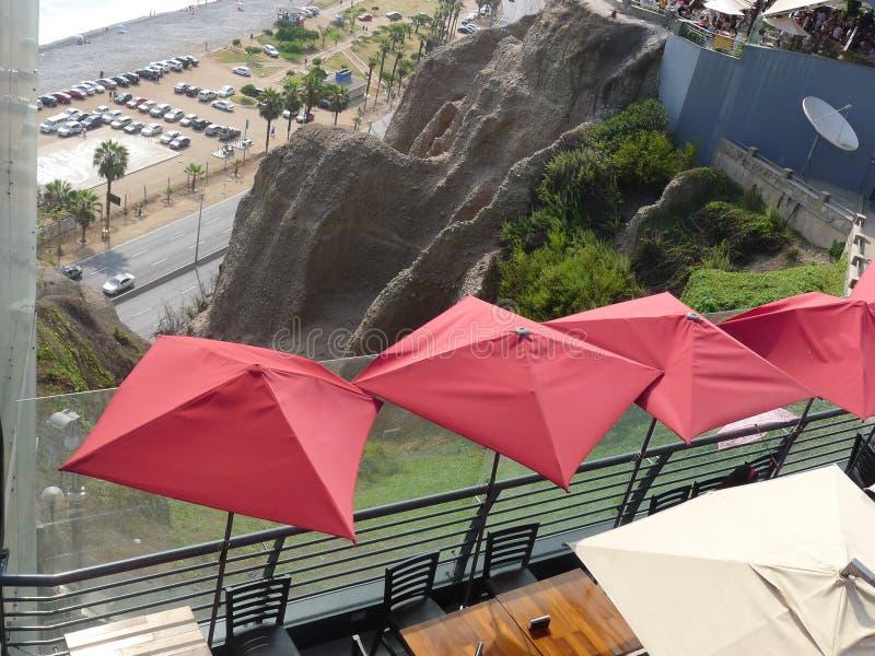 Larcomar视图向峭壁和海在米拉弗洛雷斯 免版税库存图片