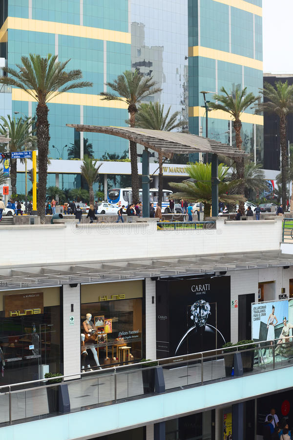 Larcomar购物中心和Jw马里奥特旅馆在米拉弗洛雷斯,利马,秘鲁 免版税库存图片