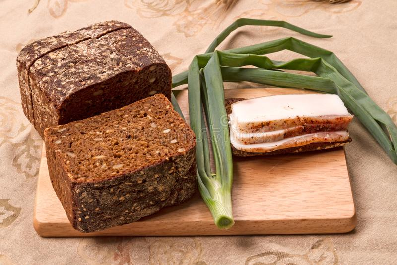 Lard com pão de centeio e cebolas foto de stock
