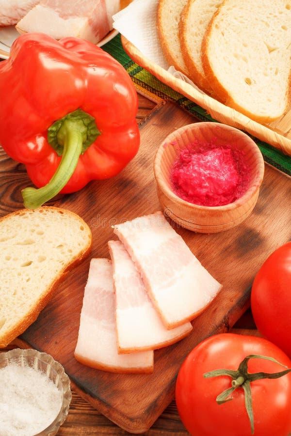 Lard de bajoue coupé en tranches avec des légumes sur la table photographie stock