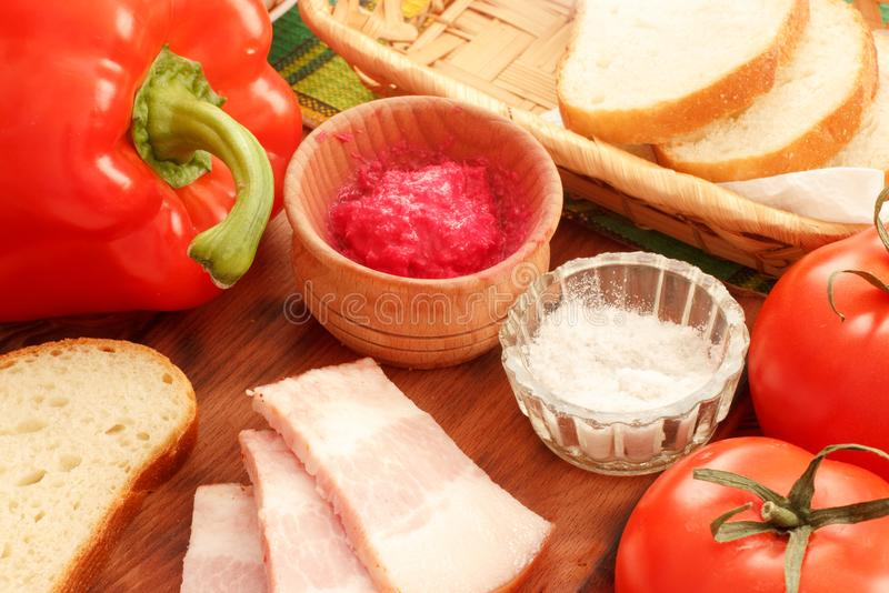 Lard de porc de bajoue coupé en tranches avec les légumes frais et la sauce images libres de droits