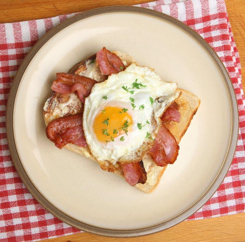 Lard et Fried Egg sur le pain grillé images stock