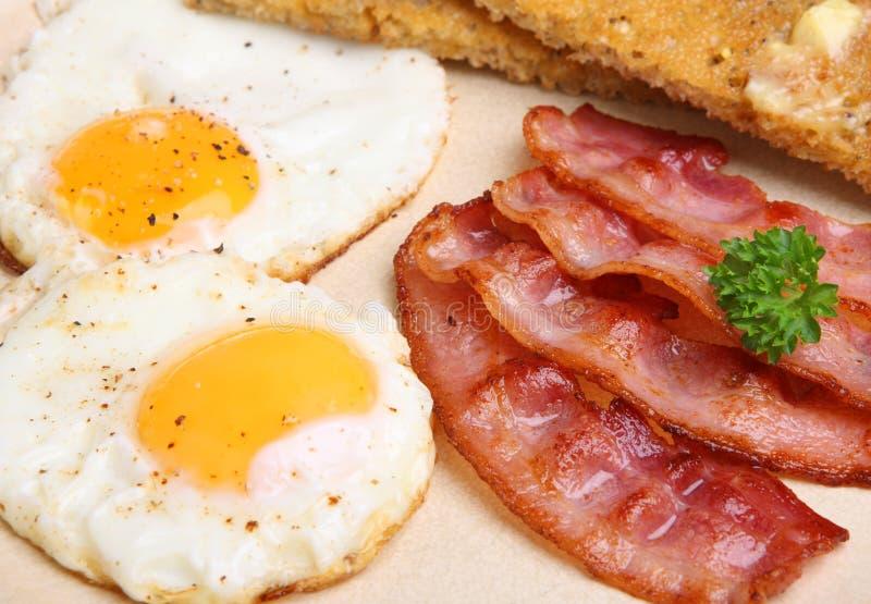 Lard et petit déjeuner d'oeufs avec du pain grillé image stock