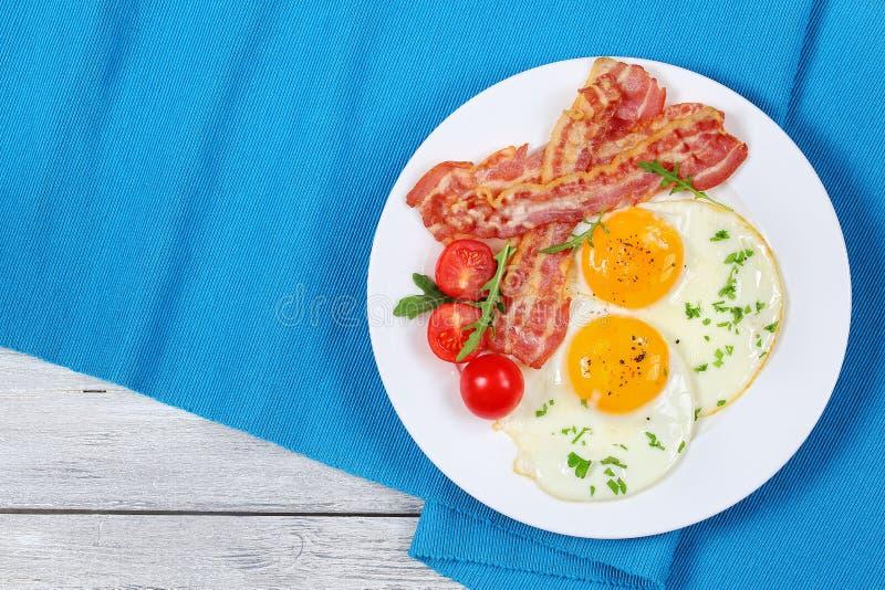 Lard frit croustillant, Sunny Side Up Eggs photographie stock