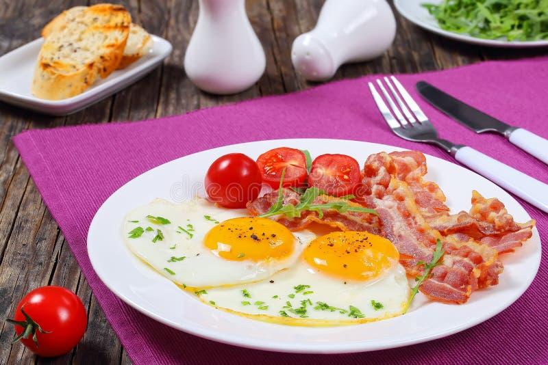 Lard frit croustillant, Sunny Side Up Eggs images libres de droits
