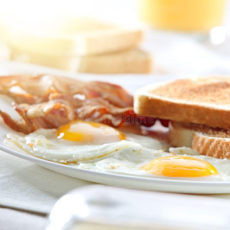 Lard, oeufs et déjeuner de pain grillé photographie stock libre de droits
