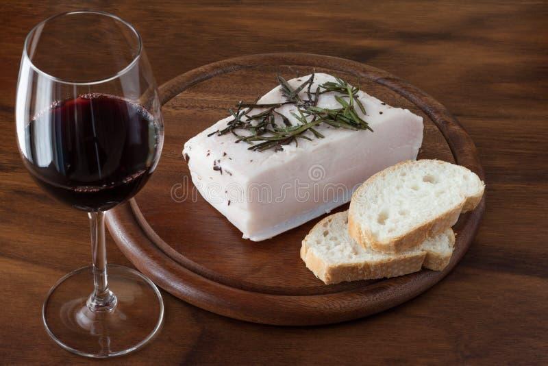 Lardo, bröd och rött vin royaltyfri foto