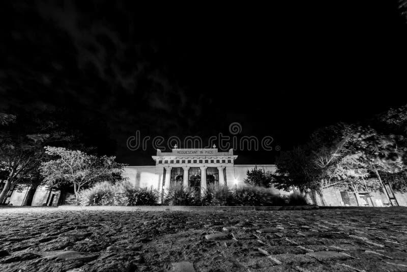 LaRecoleta kyrkogård på natten airesargentina buenos arkivbilder