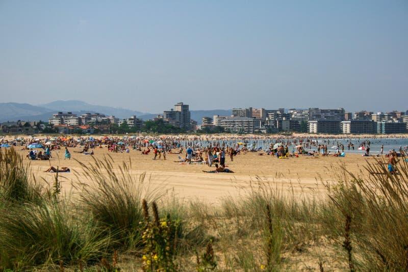 Laredo, Cantabria, España; 09-05-2010: Imagen hermosa de la playa del ungüento en Laredo fotografía de archivo libre de regalías