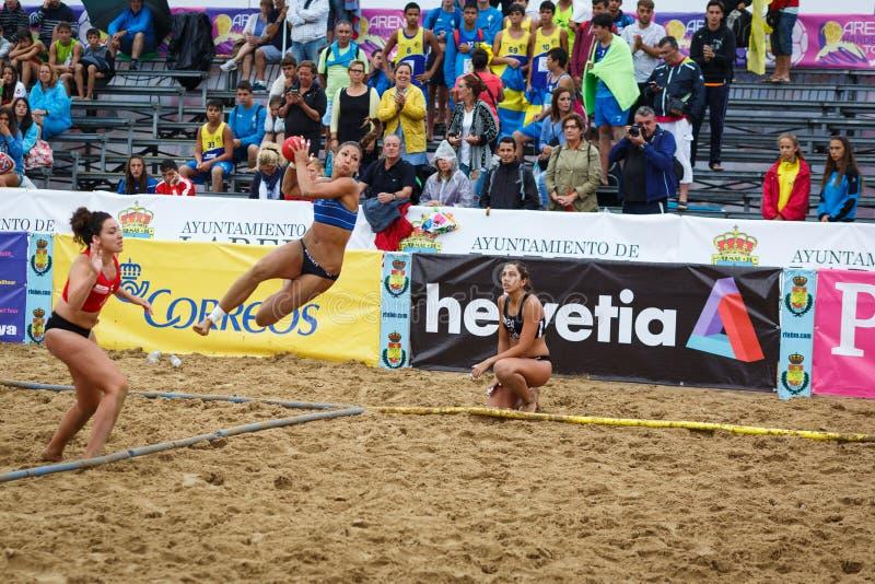 LAREDO, ESPAÑA - 31 DE JULIO: Asun Batista, jugador del BMP Algeciras lanza a la meta en el campeonato del balonmano de España ce fotos de archivo