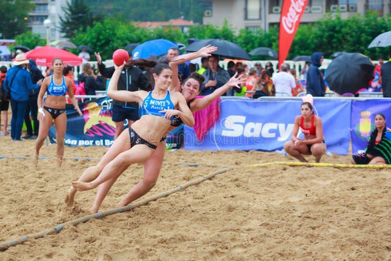 LAREDO, ESPAÑA - 30 DE JULIO: El jugador no identificado de la muchacha lanza a la meta en el campeonato del balonmano de España  imagenes de archivo