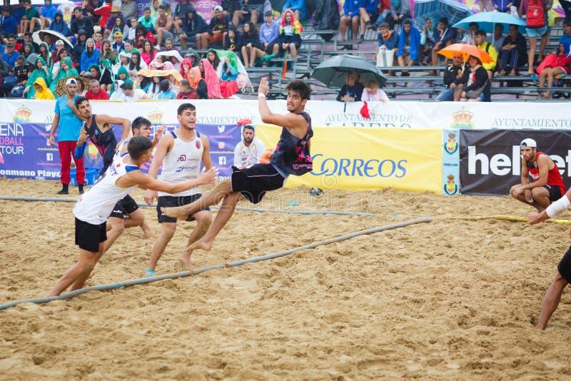LAREDO, ESPAÑA - 31 DE JULIO: El jugador no identificado lanza a la meta en el campeonato del balonmano de España celebrado en La fotos de archivo libres de regalías