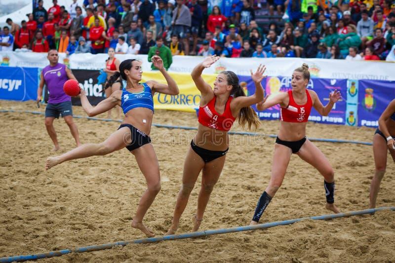 LAREDO, ESPAÑA - 31 DE JULIO: La muchacha no identificada, jugador del BMP Algeciras lanza a la meta en el campeonato del balonma imagenes de archivo