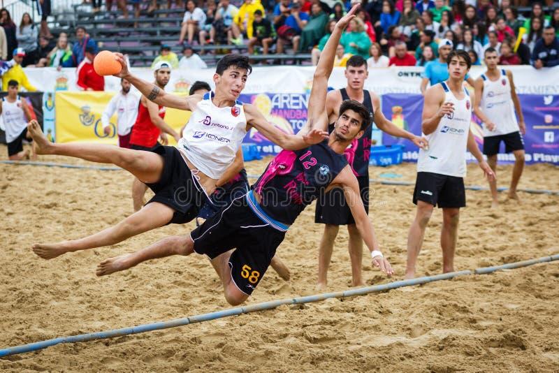 LAREDO, ESPAÑA - 31 DE JULIO: No identificado, el BM Playa marcha Menor, jugador lanza a la meta en el campeonato del balonmano d imagen de archivo