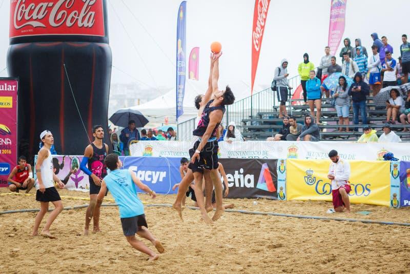 LAREDO, ESPAGNE - 31 JUILLET : Sautez deux joueurs contestant pour l'initiale de boule dans le championnat de handball de l'Espag images libres de droits