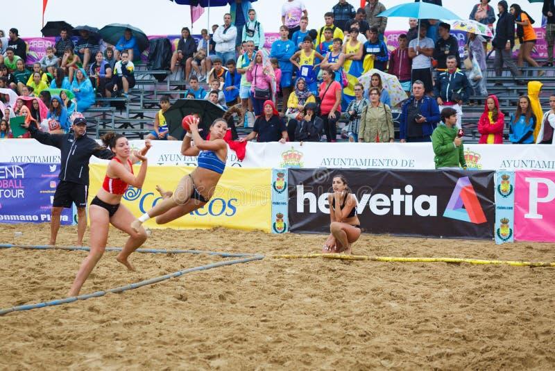 LAREDO HISZPANIA, LIPIEC, - 31: Asun Batista, BMP Algeciras gracz wszczyna cel w Hiszpania handball mistrzostwie świętującym wewn zdjęcie royalty free