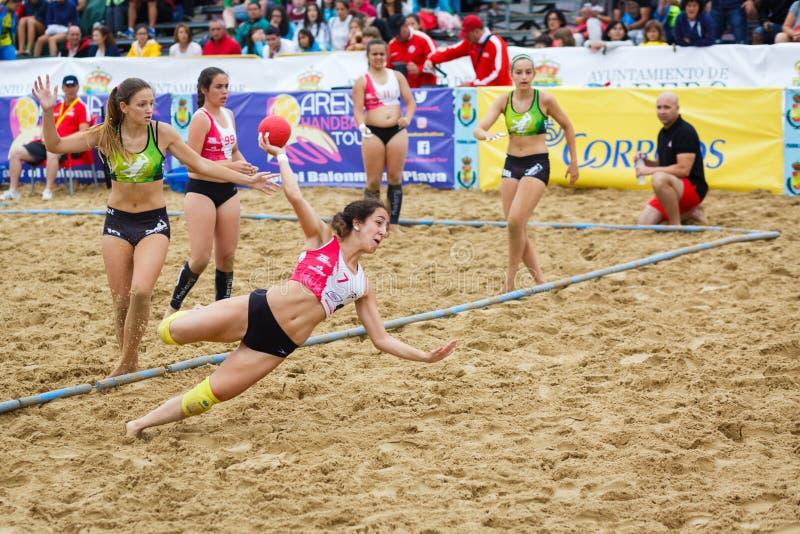 LAREDO HISZPANIA, LIPIEC, - 31: Niezidentyfikowany dziewczyna gracz wszczyna cel w Hiszpania handball mistrzostwie świętującym w  zdjęcie royalty free