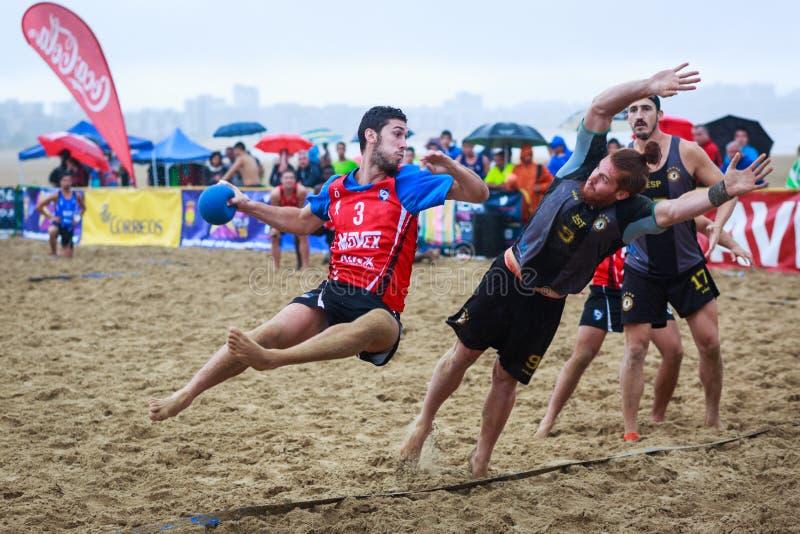 LAREDO HISZPANIA, LIPIEC, - 30: Niezidentyfikowany gracz wszczyna cel w Hiszpania handball mistrzostwie świętującym w plaży Lared obraz royalty free