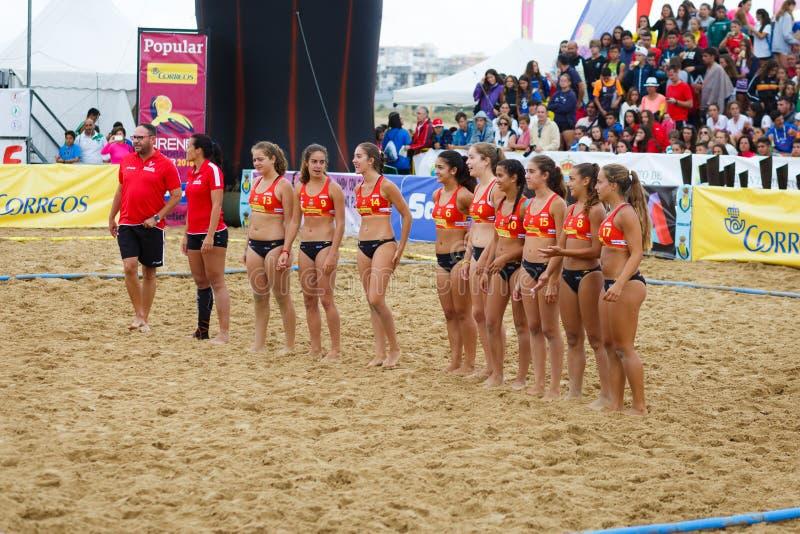 LAREDO SPANIEN - JULI 31: Spanien firade det kvinnliga nationella yngre laget i den Spanien handbollmästerskapet i Laredo i Juli  arkivbilder