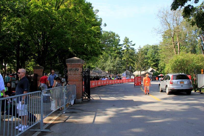 Larga cola de la abertura de Travers Stakes Day de la gente que espera para, Saratoga, 2015 imagen de archivo libre de regalías