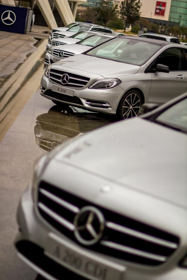 Larga cola de los coches grises a estrenar de Mercedes-Benz fotos de archivo