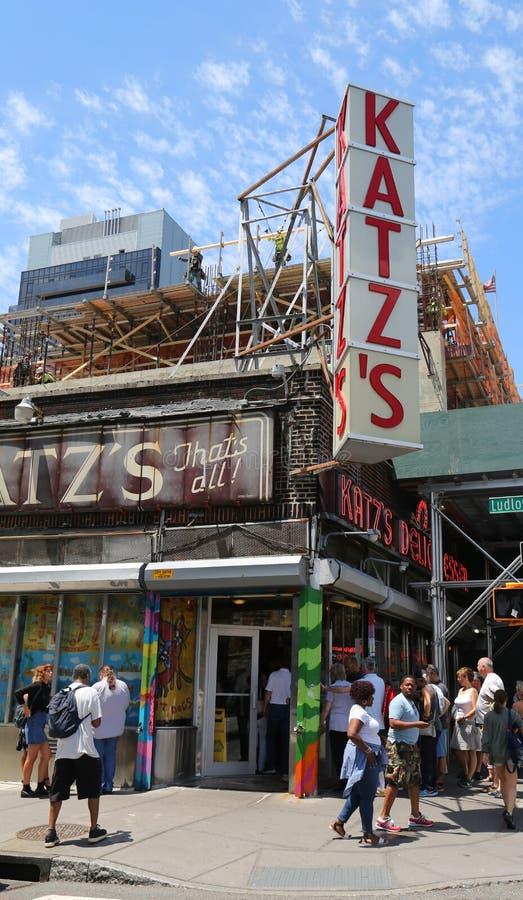 Larga cola delante de la charcutería histórica del ` s de Katz fotografía de archivo
