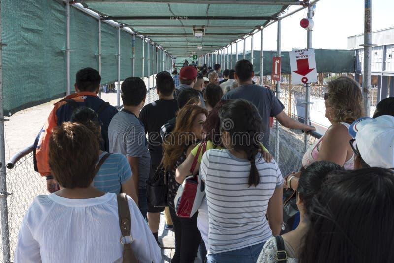 Larga cola en el paso de frontera de PedWest de México a U S fotos de archivo