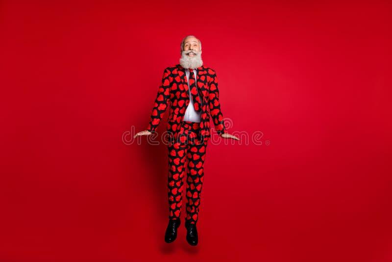 Larga foto de un hombre atractivo de edad fría amour rol jugo saltar alto regocijo usar traje de corazones foto de archivo libre de regalías