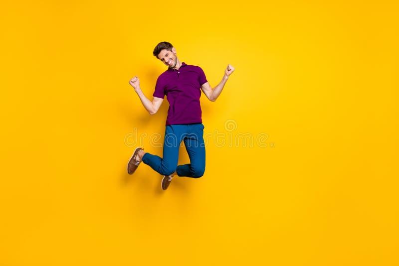 Larga foto del tamaño corporal de alegre toothy positiva vistiendo comprar saltar alto como regocijo por haber ganado olímpico fotografía de archivo