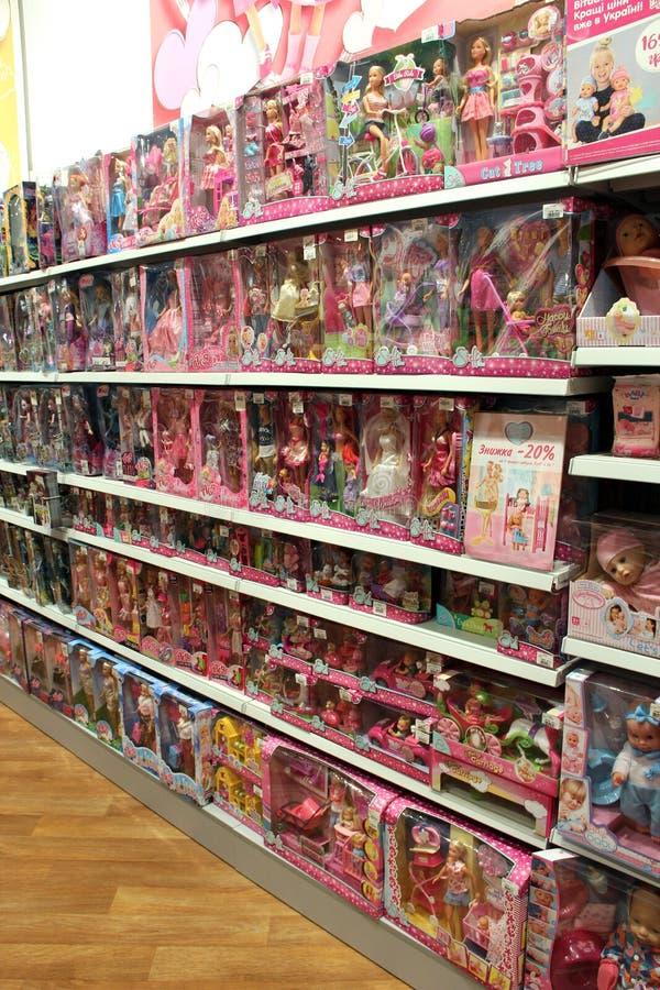 Large choix des poup?es pour des filles chez le magasin des enfants Syst?me int?rieur de jouet photos libres de droits