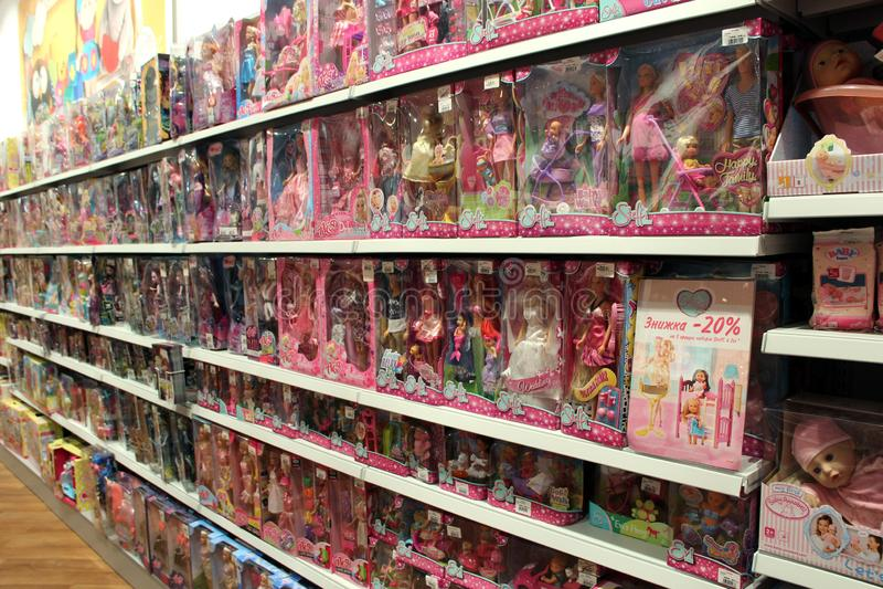 Large choix des poup?es pour des filles chez le magasin des enfants Syst?me int?rieur de jouet photo libre de droits