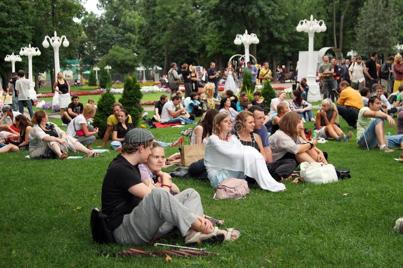 Large number of people on the lawn in the Park. Moscow. 01.08.2009 stock photography