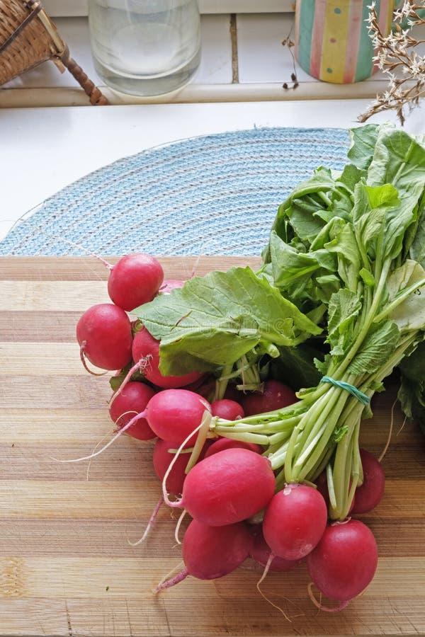 Large supérieur de portrait de paquet de radis rouges image stock