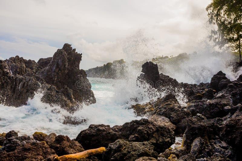 Large Waves Crashing Over Rocks royalty free stock photos