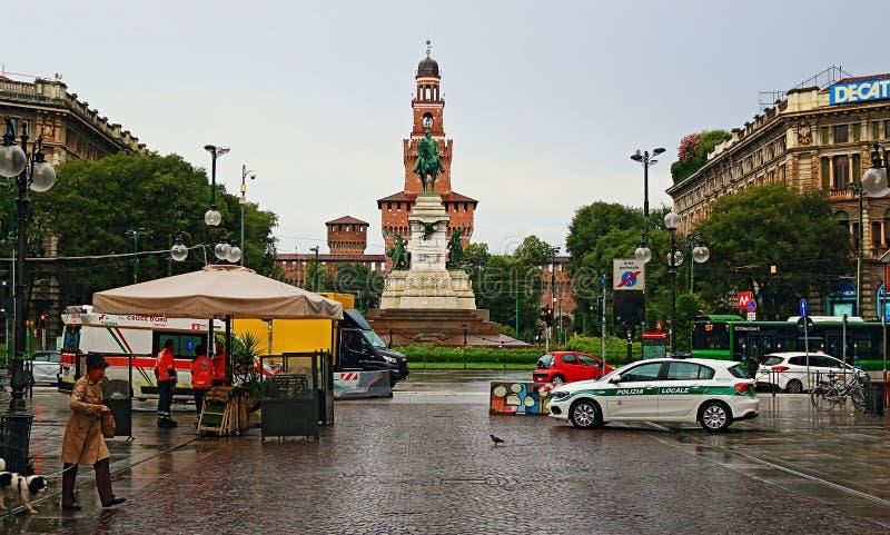 Largo Cairoli och via den Dante gatan Largo Cairoli på sikten Milan Italy för regnig dag royaltyfria foton