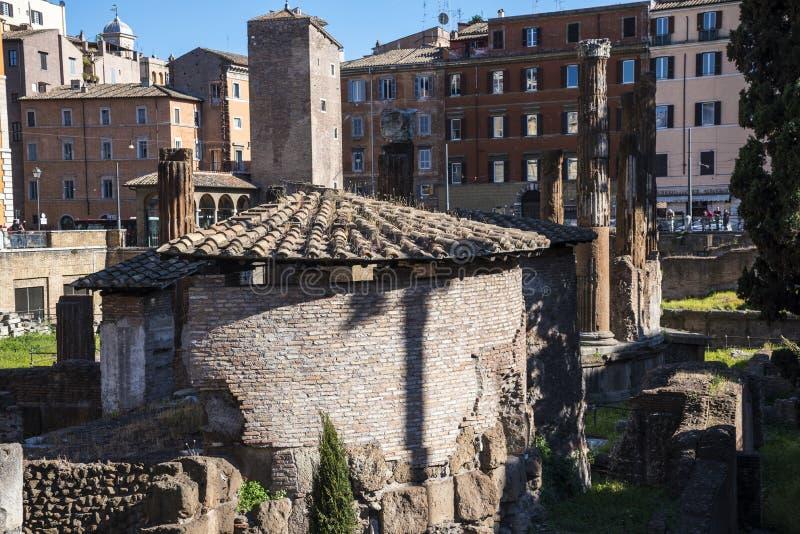 Largo di Torre Argentina är en fyrkant i Rome, Italien, som är värd fyra republikanska romerska tempel, och restna av teatern för royaltyfri bild